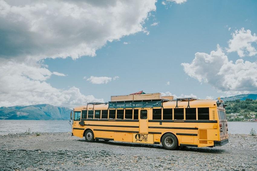 The Nomads Bus: მოსიარულე ჰოსტელად ქცეული სასკოლო ავტობუსი