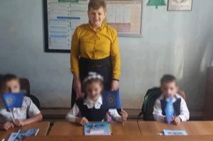 """შუახევში პირველკლასელებს გაკვეთილზე """"ქართული ოცნების"""" დროშები ჰქონდათ"""