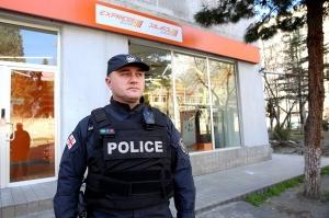 """ქუთაისში """"საქართველოს ბანკი"""" დააყაჩაღეს, თავდამსხმელმა მამაკაცი დაჭრა"""