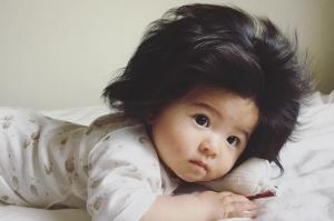 6 თვის იაპონელი, რომელსაც უჩვეულოდ დიდი თმა აქვს