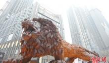 მთლიანი ხისგან ლომის სკულპტურის გაკეთებას ოცმა ადამიანმა 3 წელი მოანდომა
